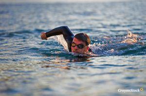 Homem-nadando-na-praia-